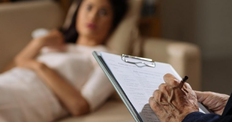 Terapeuta usa a sua própria experiência de vida e dedica seu trabalho para ajudar mulheres no combate à violência doméstica